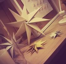 origami stars - xmas window. Un proyecto de Instalaciones de Maite Abarizketa Larrañaga - Domingo, 05 de enero de 2014 00:00:00 +0100
