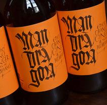 Mandràgora. Edición Orange Ginger & the Boomerangs. Cerveza con jengibre y naranja.. A Calligraph, Design, Graphic Design, T, and pograph project by Oriol Miró Genovart - 05.03.2015