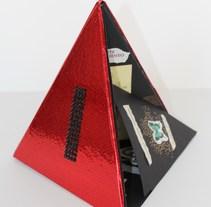 Diseño de libro triangular para la exposición CARTALOGO en la Biblioteca Nacional de Santiago de Chile 2014. A Design, Editorial Design, and Product Design project by Javier Navarro Romero         - 14.09.2015