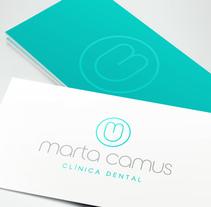 """Diseño de logotipo para Marta Camus, una clínica dental ubicada en el País Vasco. El logotipo simboliza la silueta de un diente y está creado a partir de las iniciales """"m"""" y """"c"""" del nombre.. A Br, ing, Identit, and Graphic Design project by Alejandro Prieto Jaime         - 21.03.2015"""